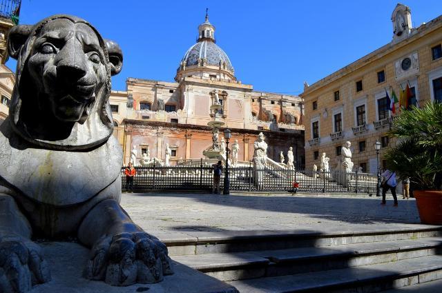 """Piazza Pretoria (chiamata anche """"Piazza delle Vergogne""""), Palermo"""