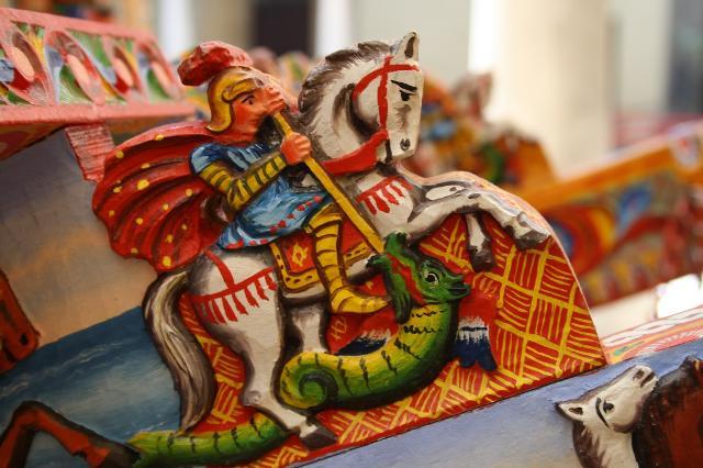 Particolare di un tipico carretto siciliano: un cavaliere (forse S.Giorgio o S.Teodoro) sconfigge un drago con una lancia - ph Roberto Pasini