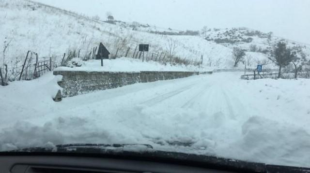 Per l'emergenza sono state chiuse al transito le statali 117 Mistretta (Messina), Nicosia (Enna), Leonforte (Enna) dove in alcuni punti la neve ha superato il metro