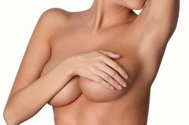 Una pratica chirurgica che ha l'intento di rivoluzionare anche il modo di intendere l'estetica femminile, segnando un nuovo immaginario della bellezza in cui il senso di naturalezza prende il posto della taglia maxi a tutti i costi.