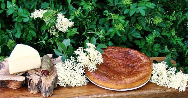 La Vastedda cu sammucu (col sambuco) è una focaccia farcita aromatizzata con i fiori di sambuco