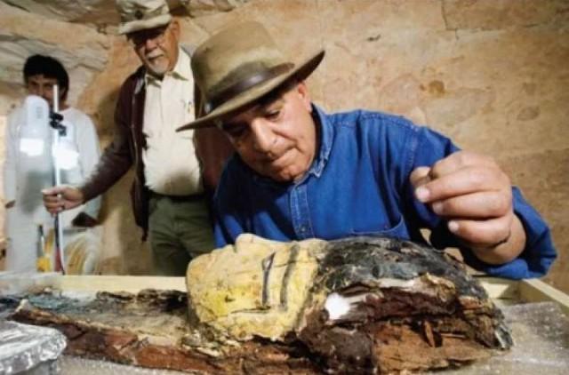 L'archeologo egiziano Zahi Hawass a lavoro