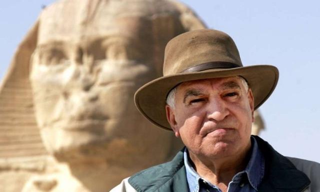 Zahi Hawass davanti la Sfinge
