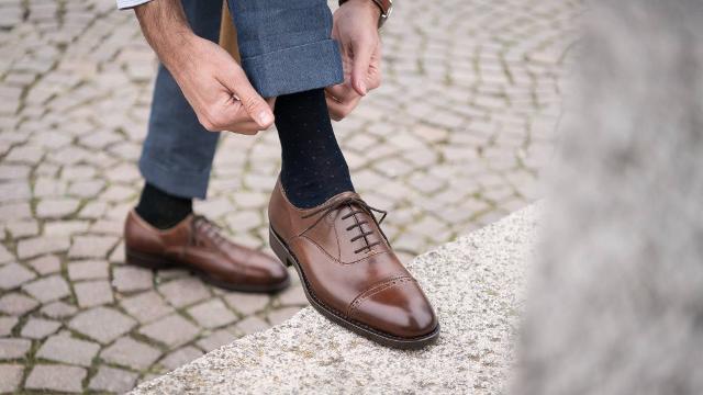 Per un regalo unico per lui, ci si può affidare a Velasca, il primo marchio Italiano di scarpe artigianali, personalizzate e su misura 100% Made in Italy.