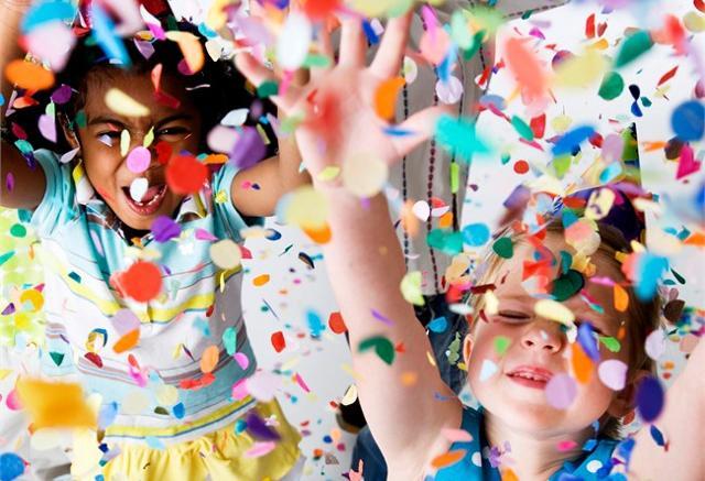 A Carnevale i più piccini si divertono a indossare le loro mascherine preferite, girando per le vie della città lanciando coriandoli e stelle filanti...