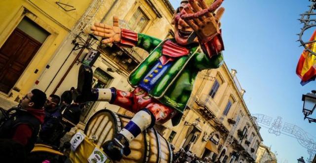 Il Re Carnevale apre la sfilata del Carnevale di Avola