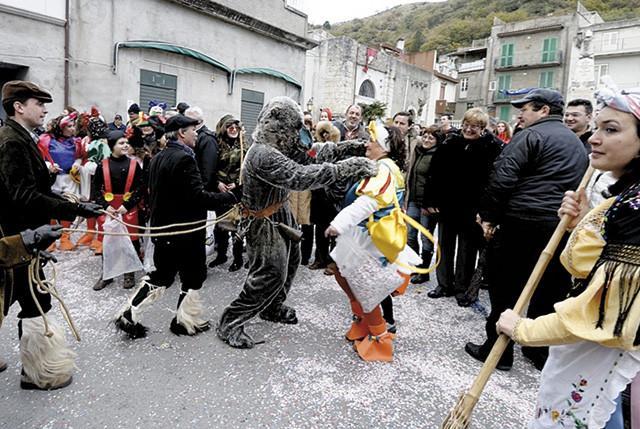 Carnevale di Saponara - L'aggressione dell'Orso si trasforma in una danza