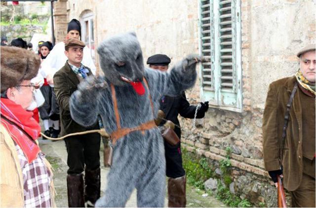 """Carnevale di Saponara - L'Orso """"incatenato"""" viene condotto nel centro cittadino"""