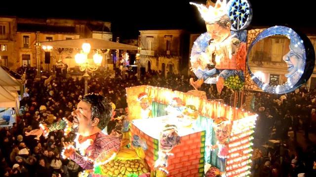 """Altro Carnevale siciliano noto è quello di Palazzolo Acreide (SR), caratterizzato da grandi """"vagliuna"""" (veglioni) nelle piazze principali"""