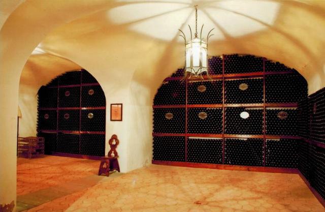 Le cantine di affinamento nei sotterranei del Castello di Solicchiata. Le cantine girano intorno per tutta la superficie del castello.