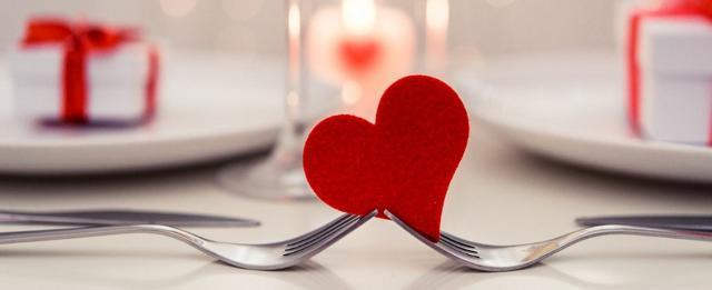 Ma c'è anche chi non riesce a regalarsi una meritata pausa e opta per una cena romantica non lontano da casa...