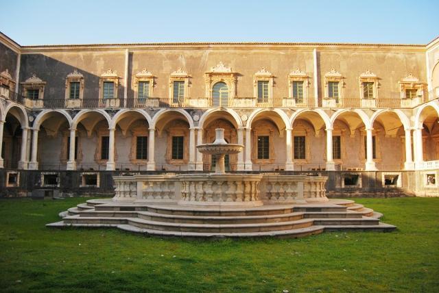"""Chiostro del Monastero dei Benedettini di Catania detto anche il """"Chiostro dei Marmi"""""""