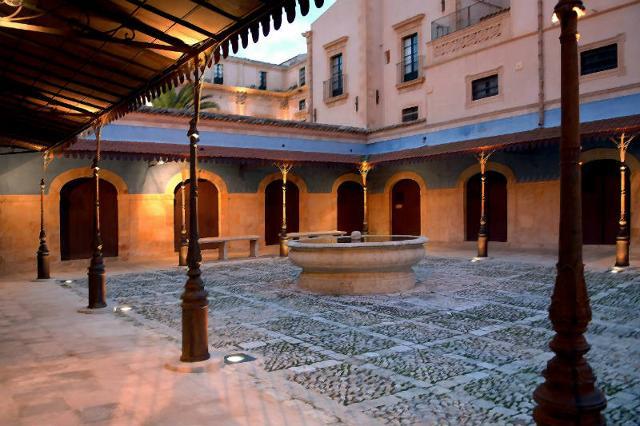 Loggia del Mercato di Palazzo Nicolaci di Villadorata, sede dell'Enoteca della Strada del vino e dei sapori del Val di Noto