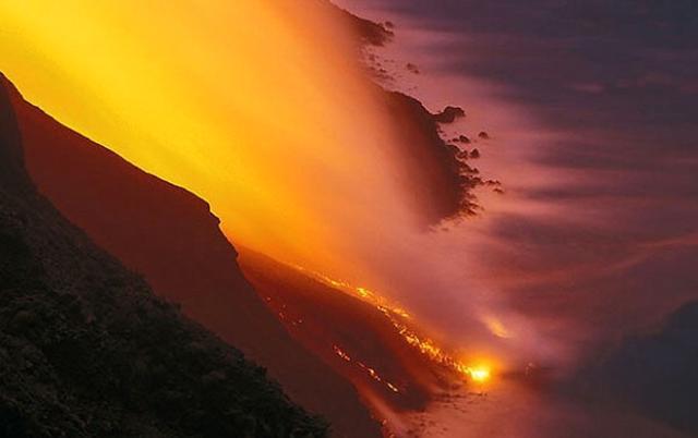 La lava dello Stromboli si riversa nel mare... - ph Markos90