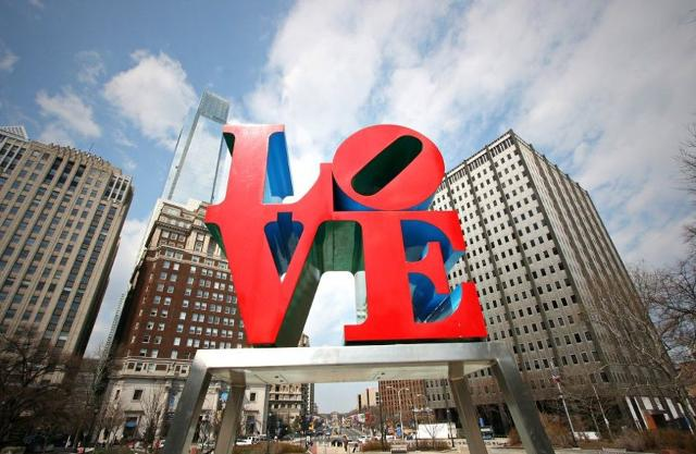 LOVE Park (ufficialmente JFK Plaza) Filadelfia.  Scultura di Robert Indiana