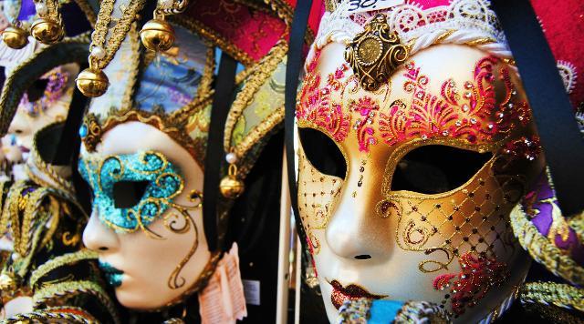 In diverse città italiane il Carnevale è festeggiato con sfilate di carri e maschere...