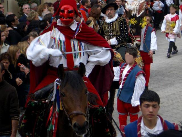 L'eroe arriva in piazza a cavallo...