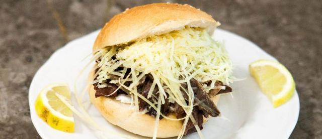 A Catania o a Palermo è possibile fare dei veri e propri street food tour e assaporare i cibi siciliani più importanti...