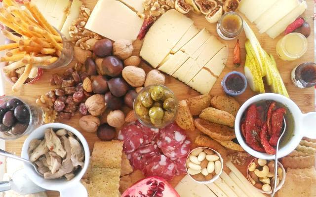 Un tagliere di salumi, formaggi e altri prodotti tipici siciliani