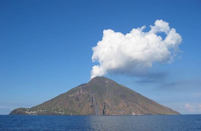 Nell'isola di Stromboli l'origine dello tsunami raccontato da Petrarca