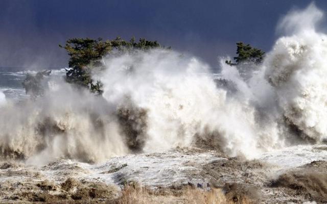 La devastazione di un'onda lunga di tsunami