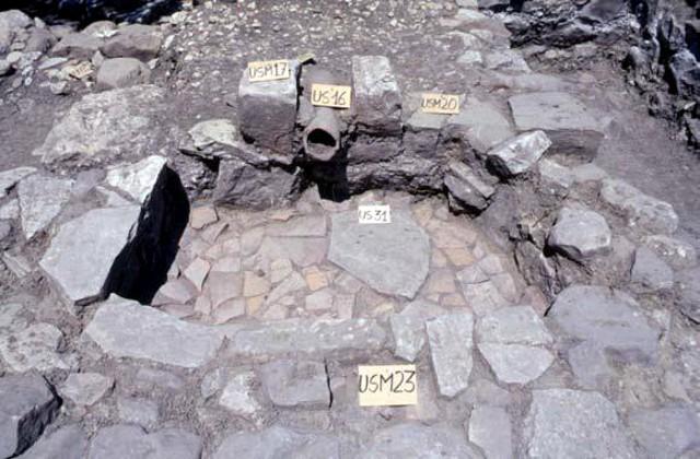 Un vano della Villa Romana di Castellana Sicula: particolare della vasca con tubo fittile