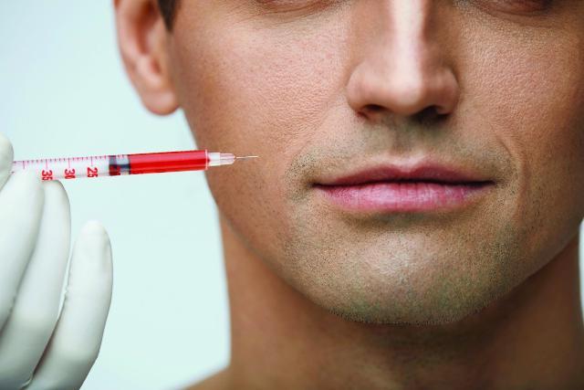 Per avere labbra carnose e soffici, sempre più uomini si sottopongono a sedute di riempimento con l'acido ialuronico...