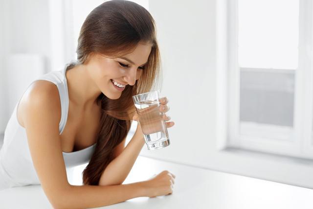 L'acqua rappresenta un alleato in particolare delle donne, sia dal punto di vista della salute sia come vera e propria fonte di bellezza.