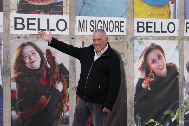 Antonio Presti davanti al cantico di Librino