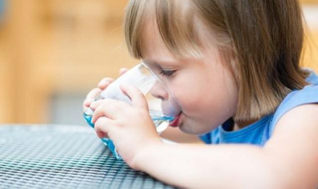 Acqua e bambini: qual è la quantità giusta?
