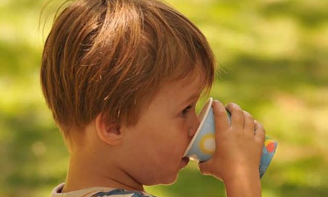In età infantile seguire una corretta idratazione può essere difficile: nei bambini infatti lo stimolo della sete è meno sviluppato rispetto agli adulti...
