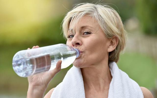 """""""Anche se apparentemente non sembra esserci alcun nesso tra la qualità del nostro sonno e la corretta idratazione, in realtà, secondo un recente studio, la breve durata del nostro sonno è spesso associata ad una scarsa idratazione""""."""