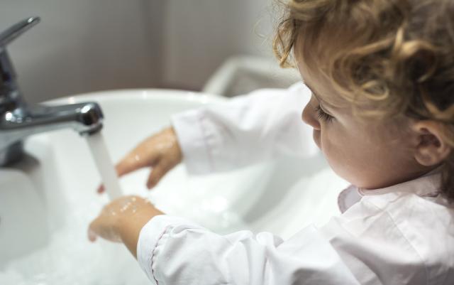 In quali circostanze l'acqua viene sprecata maggiormente dai bambini?