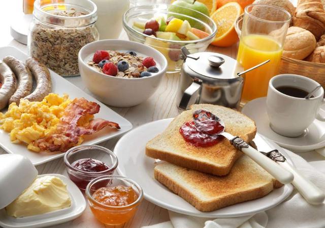 """Facendo una sana colazione in maniera positiva, si """"invia"""" un messaggio all'individuo, un avvertimento di rispetto per il proprio corpo e che si vuole prendere cura della propria salute e benessere."""
