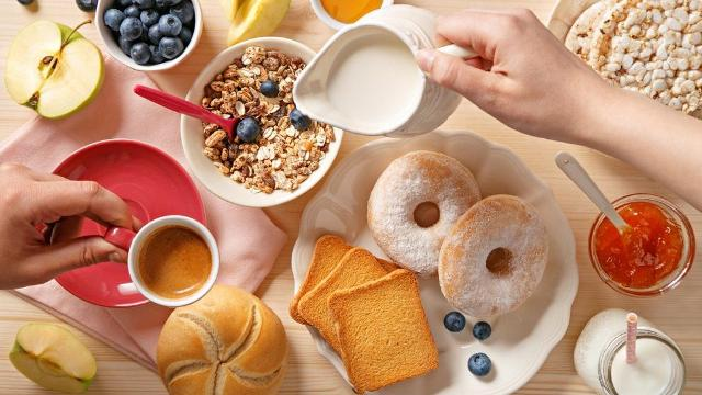 Da una tazza di cereali integrali, accompagnati magari da una bevanda vegetale, ad un piatto di frutta fresca con dello yogurt: sono tanti gli ingredienti che gli esperti consigliano per restare tonici o rimettersi in forma partendo proprio da una colazione perfetta.