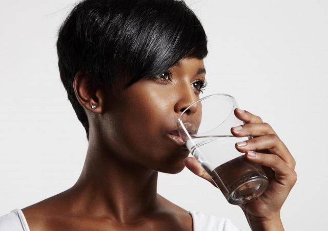 Una corretta idratazione ha anche una funzione rigenerante per la pelle perché le dona luminosità, oltre ad eliminarne le impurità e a ritardarne l'invecchiamento