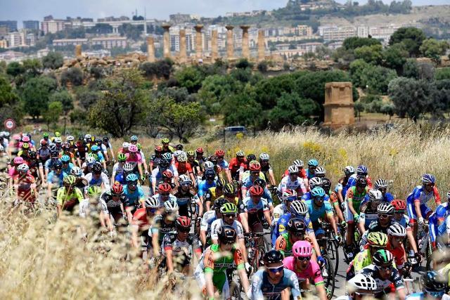 La tappa nella Valle dei Templi della prima edizione del Giro della Sicilia
