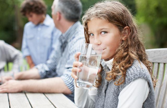 Un valido aiuto al nostro apparato respiratorio può arrivare però da un elemento essenziale che rappresenta una risorsa preziosa sia per il pianeta sia per il benessere delle persone e dell'intero organismo, ovvero l'acqua.