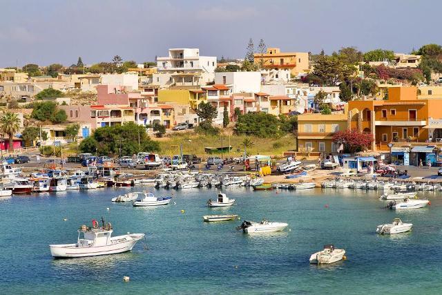 Case che si affacciano sul porto di Lampedusa