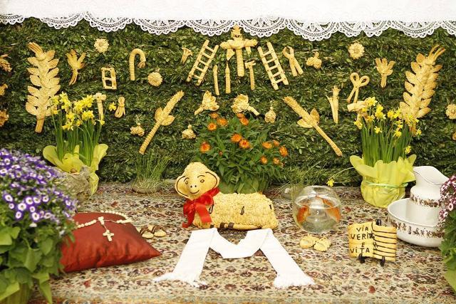 Ai piedi dell'altare si stende un tappeto dove vengono posati un agnello di pane, di gesso o di cartapesta...
