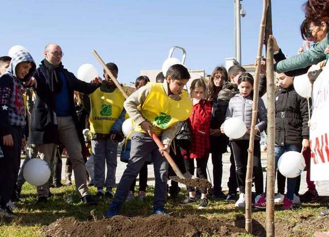 Piantumazione di alberi a Catania. Un progetto di Legambiente Catania realizzato grazie alla piattaforma siciliana di crowdfunding Laboriusa.com