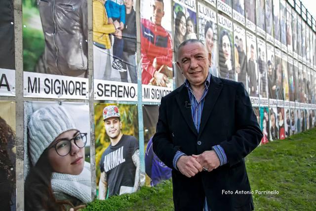 Antonio Presti davanti al Cantico di Librino fotografato da Antonio Parrinello