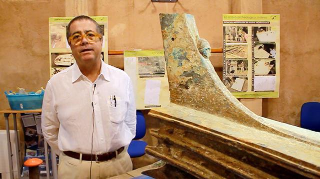 L'archeologo Sebastiano Tusa accanto ad uno dei tanti rostri ripescati nel mare delle Egadi