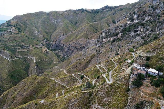 La tortuosa strada che da Taormina porta a Castelmola