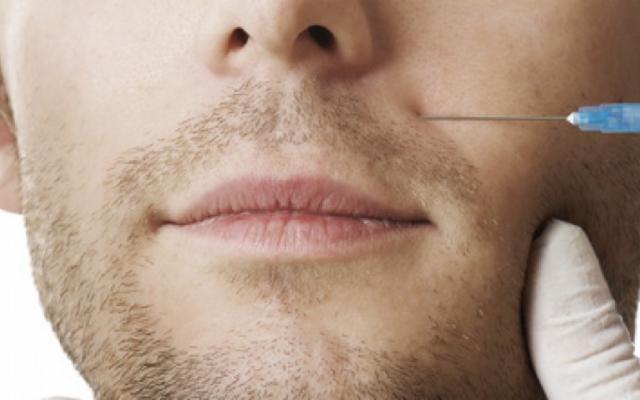 Altro che pettorali e addominali, gli uomini ora si rifanno le labbra!