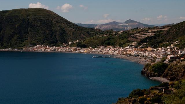Il borgo e la spiaggia di Canneto, a Lipari - ph roberto from italy