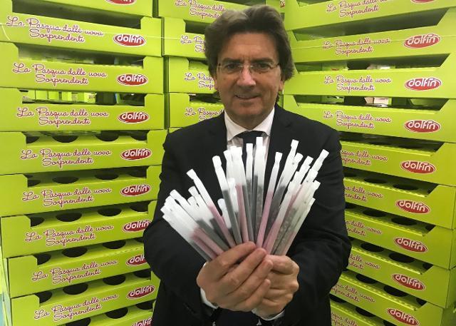Il presidente di Dolfin Santi Finocchiaro con le ecocannuccie plastic free