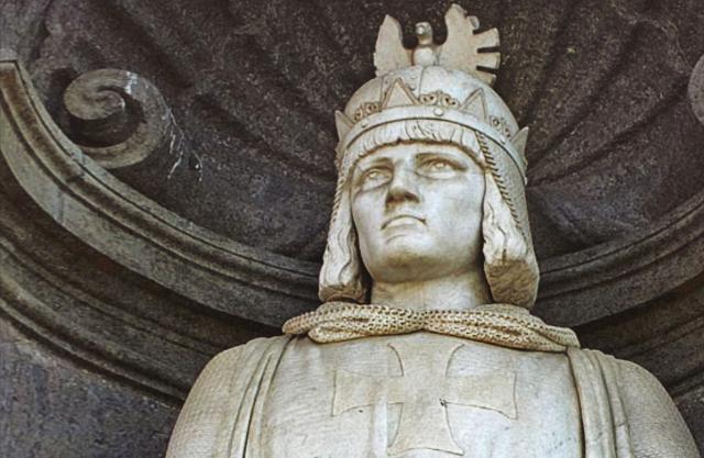 Statua di Federico II all'ingresso del Palazzo Reale di Napoli