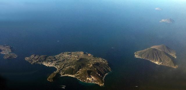 Una parte delle Isole Eolie dall'alto. Da sinistra verso destra, la parte settentrionale di Vulcano, poi Lipari, Salina. Più in alto, Filicudi e Alicudi - ph Mariom990