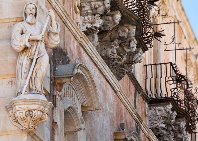 Un particolare di Palazzo Cosentini